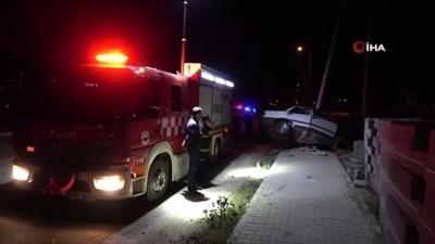 direksiyon -  Otomobili ile aydınlatma direğine çarpan sürücü hayatını kaybetti