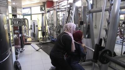 Gazze'de vücut geliştirme sporuna gönül veren genç avukat, ön yargıları aşarak kadınlara öncülük ediyor