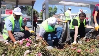 Gönüllü sokak işçileri şehir temizliği yaptı