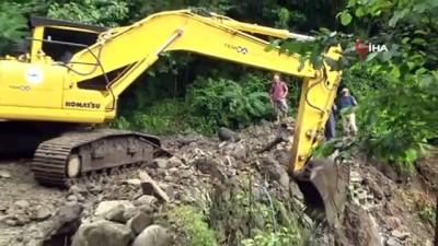 sayilar -  Selde heyelan nedeniyle kapanan köy yolunun hemen açılmasını istemiyor