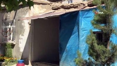 Tavanı çökmek üzere olan evde yaşam mücadelesi