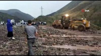 cenaze -  Erzurum - Artvin karayolu heyelan nedeniyle ulaşıma kapandı