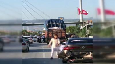 Kazaya karışan düğün konvoyundaki vatandaşlar kamyonet sürücüsüne saldırdı