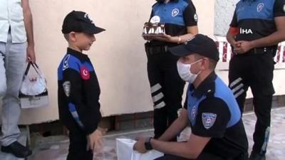 Hayali polislik olan küçük çocuğa polislerden sürpriz doğum günü kutlaması