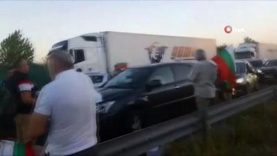 hukumet -  - Bulgaristan'da protestocular Türkiye sınırına yakın yolu trafiğe kapattı
