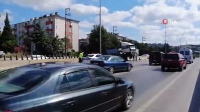 Duran araçlara çarpmamak için manevra yapan tır beton bariyerlerde asıldı kaldı - Sürücü direksiyonu kırınca tır beton bariyerlerin üzerine çıktı