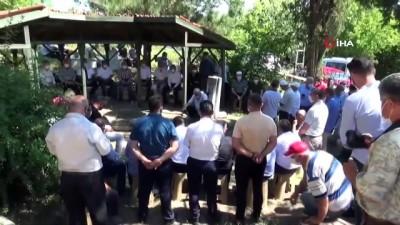 sivil toplum kurulusu -  21 yıl önce silahlı saldırıda öldürülen işçi lideri, mezarı başında alındı