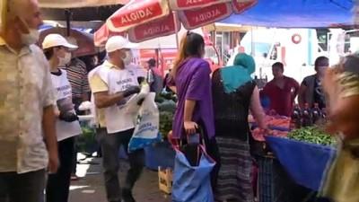Baba ve kızı virüse karşı sokak sokak maske dağıtıyor