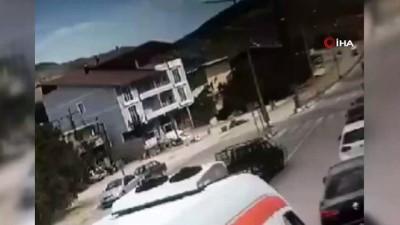 Motosiklet ile hafif ticari aracın çarpıştığı kaza kamerada