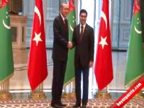 Erdoğan Türk bayrağı ve Türkmeniastan bayrağını yerden kaldırdı