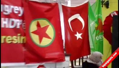 halklarin demokratik partisi - HDP Kongresinde Türk Bayrağı İle Sözde PKK Bayrağı Aynı Karede