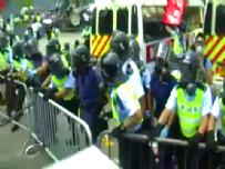 Hong Kong'da halk sokağa döküldü, polisle çatıştı