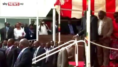 90'lık cumhurbaşkanı yere kapaklandı