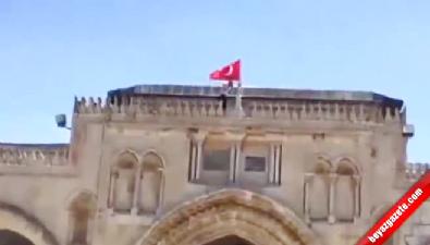mescid i aksa - Filistinli gençler Mescid-i Aksa'ya Türk Bayrağı astılar
