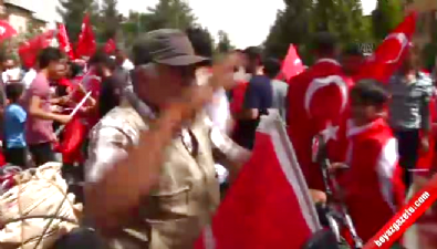 Midyatlılar bayraklarla sokağa döküldü