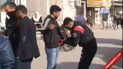 Polisi gören kadın Öcalan çıkarmasını kazıdı