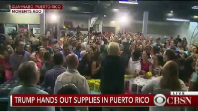 Trump yardım malzemelerini kalabalığa fırlattı