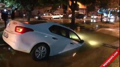 Su borusu patladı, otomobil dev çukura düştü