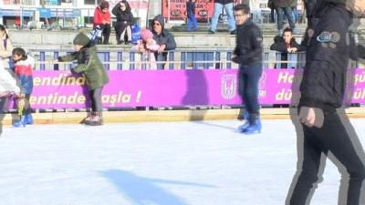 2008 yili -  Çocuklar tatilin tadını buz pistinde çıkarıyor