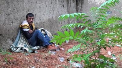 Sokakta yaşayan sara hastası genç adam yetkililerden yardım bekliyor