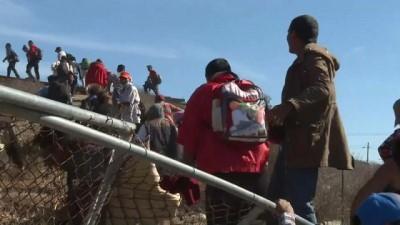 Video   ABD polisinden sınırı aşmaya çalışan göçmenlere gazlı müdahale
