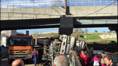 Devrilen kamyonun sürücüsü yaralandı - İSTANBUL