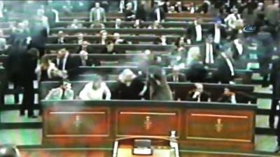 - Kosova Meclisi'ne göz yaşartıcı gaz geri döndü