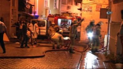 Fatih'te 3 katlı ev alev alev yandı