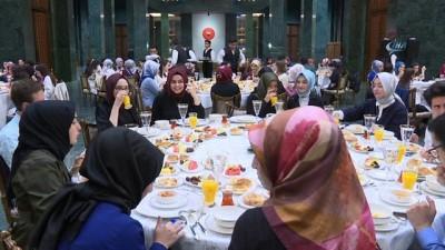 aday ogretmen -  Cumhurbaşkanı Erdoğan ve eşi Emine Erdoğan gençlerle sahurda bir araya geldi