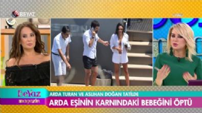 Baba olmaya hazırlanan Arda Turan, eşinin karnından öptü