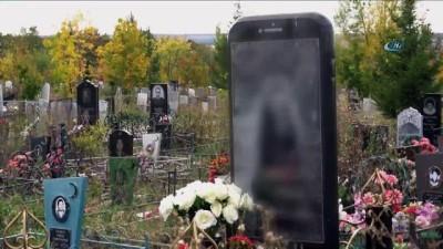 - Rusya'da İphone Şeklinde Mezar Taşı