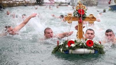 Soğuk havaya aldırış etmeden Epifani yortusu için suya atladılar