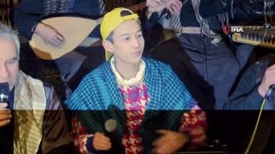 Çinli şarkıcı Şanlıurfa'da sıra gecesinde halay çekti
