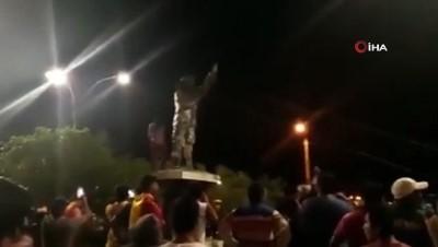 - Bolivya'da muhalifleri Chavez'in heykelini yıktı