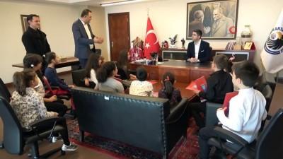 Birincilik elde eden Sanat Akademisi öğrencilerinden Başkan Gökhan Yüksel'e ziyaret
