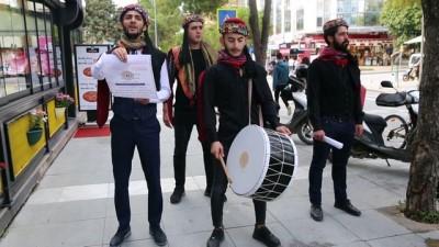 Kadına şiddete dikkati çektikleri sokak tiyatrosunu tellallarla duyurdular - MUĞLA