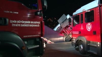 Makas atan sürücü kazaya neden oldu: 7 yaralı...Sağ şeritteki yola düşen servis midibüsü böyle askıda kaldı