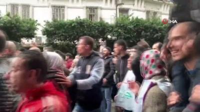 - Cezayir'de halk seçim öncesi sokaklarda