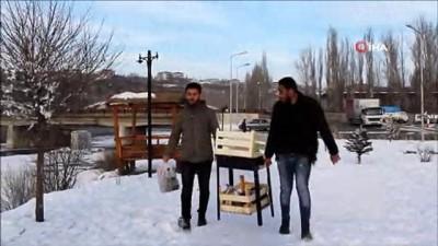 tam gun -  Kar suyundan çay, donmuş nehir üzerinde mangal yaptılar