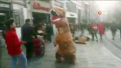 "dinozor -  Taksim Meydanı'nda ""Dinozor"" şaşkınlığı"