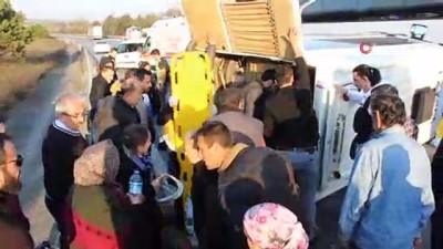 TEM Otoyolunda minibüs yan yattı 17 kişi yaralandı