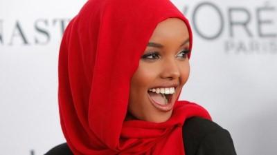 | Burkinili pozuyla spor dergisine kapak olan Müslüman model Aden bir ilke imza attı