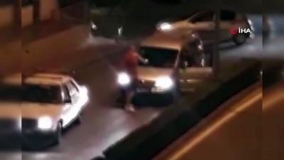 saldirganlik -  Psikolojik rahatsızlığı olan turist Antalya'da yol kesti.. O anlar kameraya böyle yansıdı