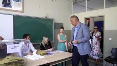 komedyen - Kültür ve Turizm Bakanı Ersoy, eşiyle birlikte oy kullandı - İSTANBUL