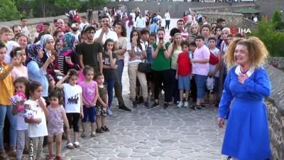Diyarbakırlı gençlerden dikkat çeken tiyatro gösterisi