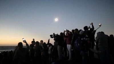 tam gun - Güneş tutulması: Şili'ye akın eden turistler gökyüzündeki tarihi ana tanıklık etti