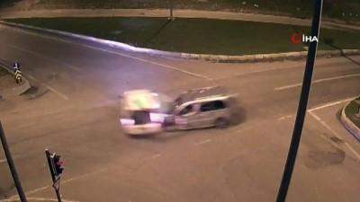 dikkatsiz surucu -  Dikkatsizlik kazaları da beraberinde getirdi...Diyarbakır ve Batman'daki trafik kazaları kamerada