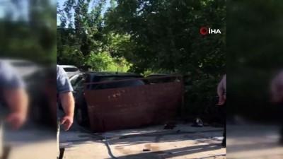 İkiye bölünen otomobilden sağ çıkan şahıslara vatandaşlardan tepki