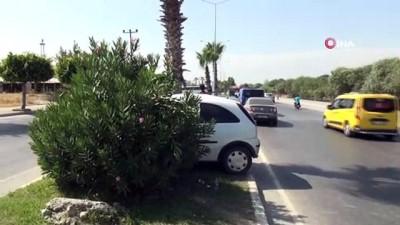 palmiye agaci -  Virajı alamayan sürücü palmiye ağacına çarpıp araç içinde sıkıştı...Kaza anı kamerada
