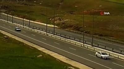 dikkatsiz surucu -  Ticari aracın metrelerce sürüklendiği anlar kamerada